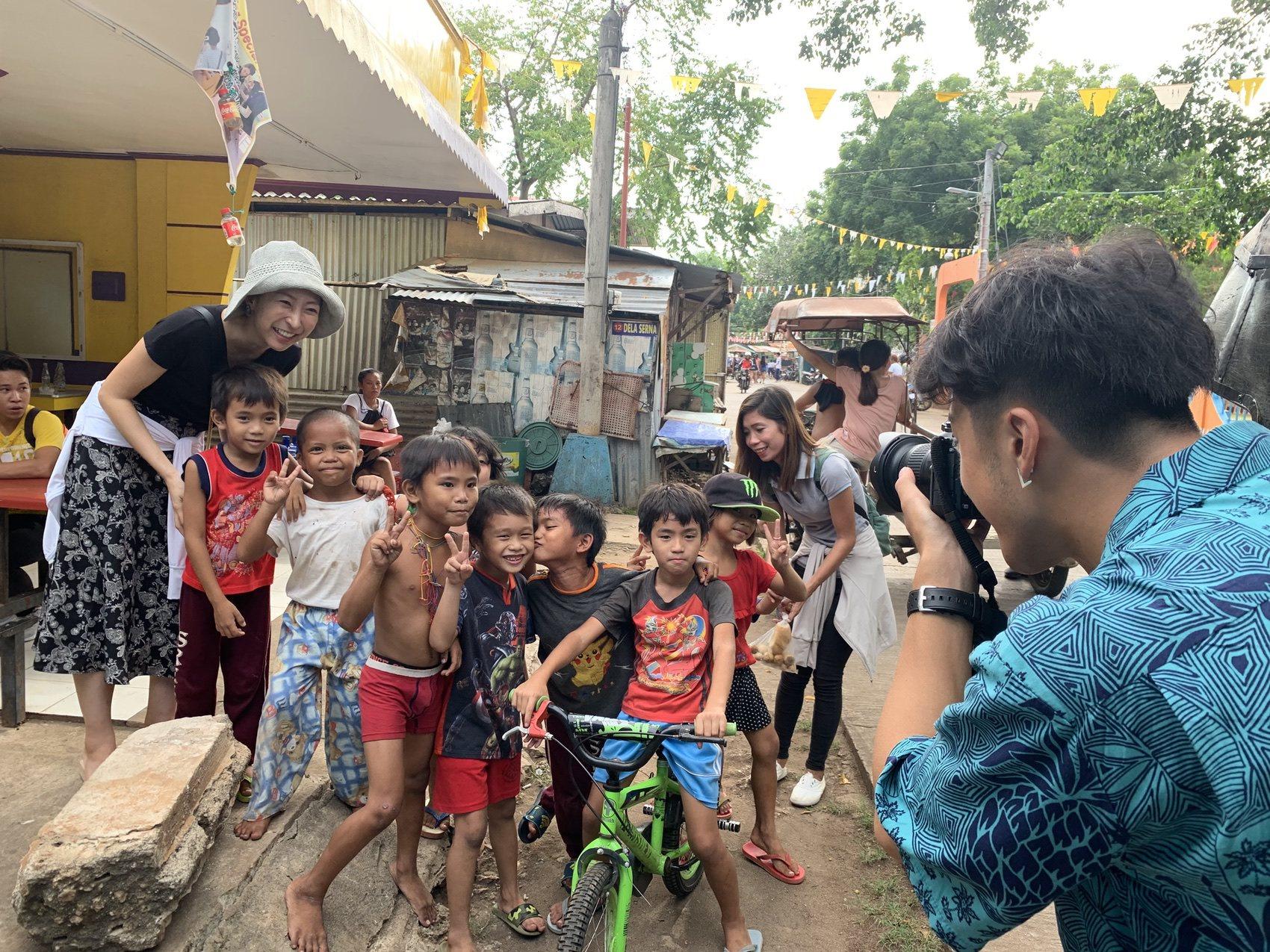 村の子供達と写真撮影